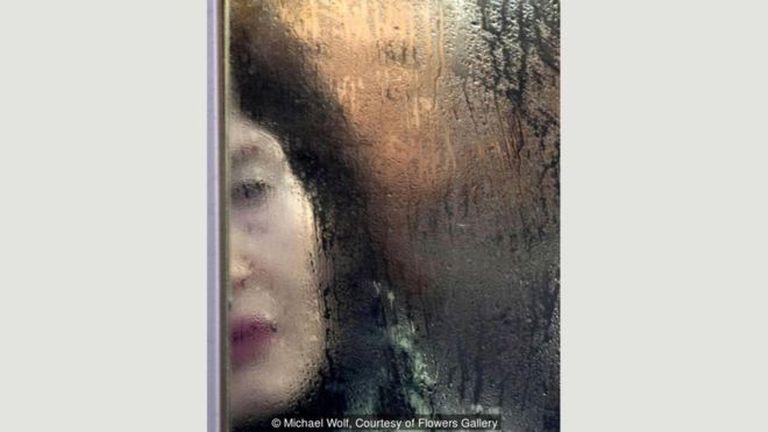 Los retratos contrastan completamente con las imágenes que Wolf toma de los rascacielos de Hong Kong, donde el fotógrafo vive desde 1994. Sin embargo, ambos proyectos transmiten una sensación de claustrofobia.