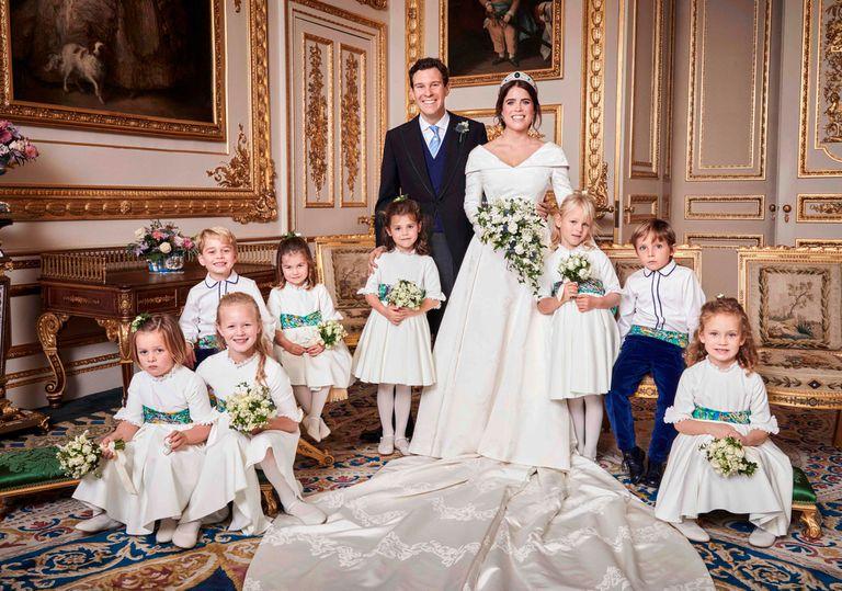 Los novios posan con el cortejo. De izquierda a derecha: Mia Tindall, Savannah Phillips, los príncipes George y Charlotte de Cambridge, Theodora Williams, Isla Phillips, Louis De Givenchy y Maud Windsor.