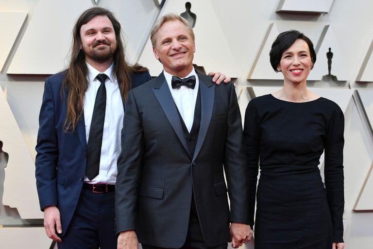 Viggo Mortensen, muy bien acompañado. Junto a su hijo Henry y su mujer, el actor se mostró muy feliz al ingresar al teatro Dolby de Los Ángeles