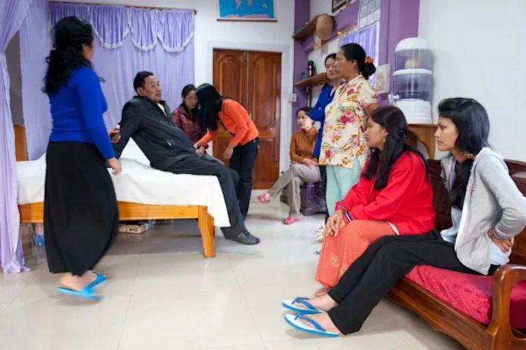 Chana desarrolló un sistema de rotación por el cual, cada una de sus esposas, compartía su cama en una noche determinada, y sus cónyuges restantes dormían en un dormitorio cercano