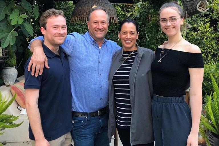 La vicepresidenta de Estados Unidos, Kamala Harris, junto a su marido, Doug Emhoff, y los dos hijos de él