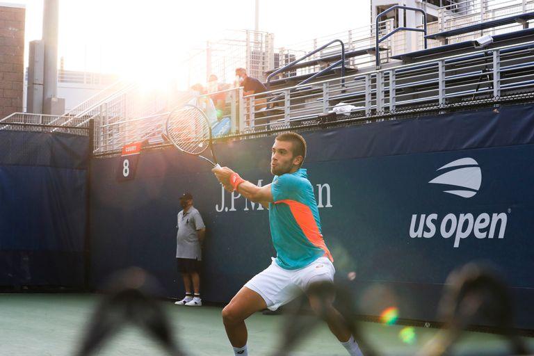 Borna Coric ante Juan Ignacio Londero, en el court 8 del US Open, con menos alcanzapelotas y únicamente integrantes de los equipos de los jugadores en las tribunas.