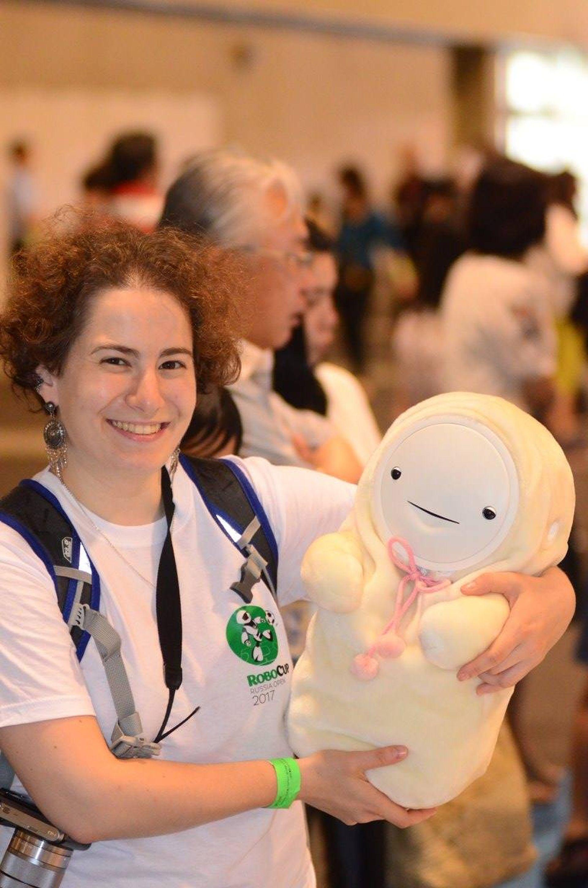 Smibi es una androide bebé pensada para acompañar a personas solas. Reconoce voces y sonríe.