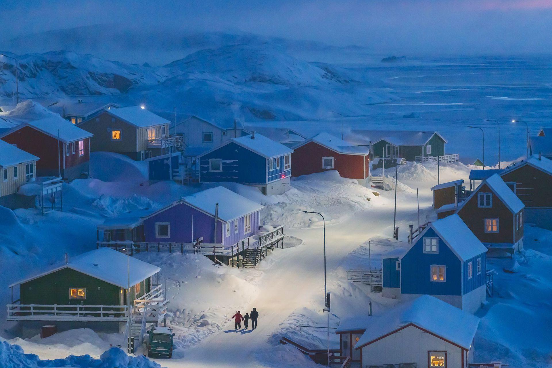 Ganadora absoluta, categoría Ciudades, fue la imagen tomada por Weimin Chu, en Upernavik, un pueblo de pescadores en una pequeña isla en el oeste de Groenlandia, en donde las casas se pintan de diferentes colores para indicar si son tiendas (rojo) o casas de pescadores (azules)