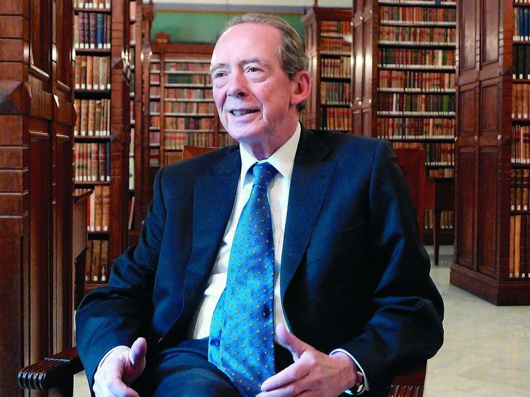 """""""La definición perfecta no existe"""" José Manuel Blecua, director de la RAE, sentado en la magnífica biblioteca de 250 mil volúmenes (y varios incunables)"""