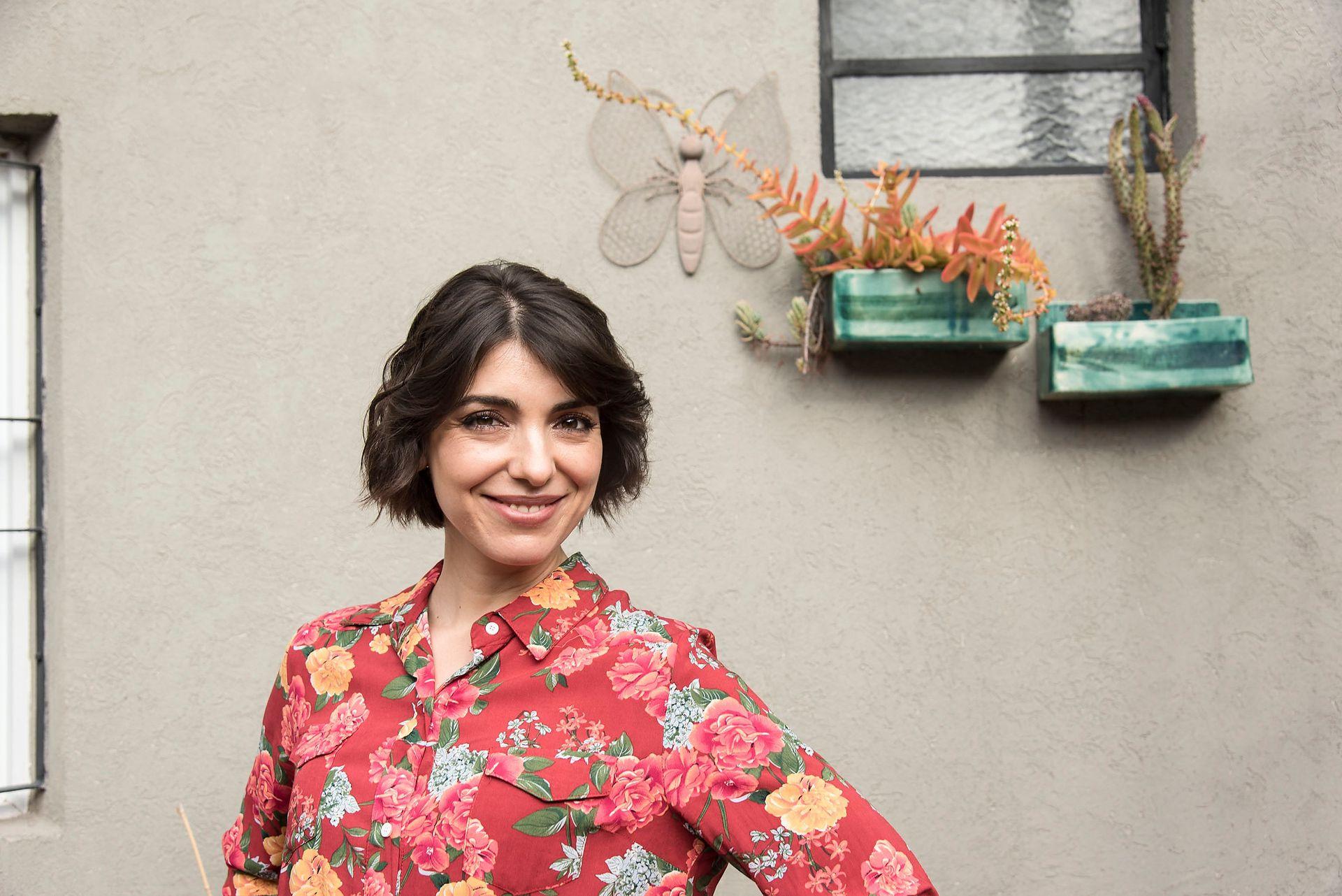 Magalí Sánchez Alleno, la carismática conductora de Seguimos educando y de Pakapaka, en el coqueto patio de su casa del barrio Agronomía.