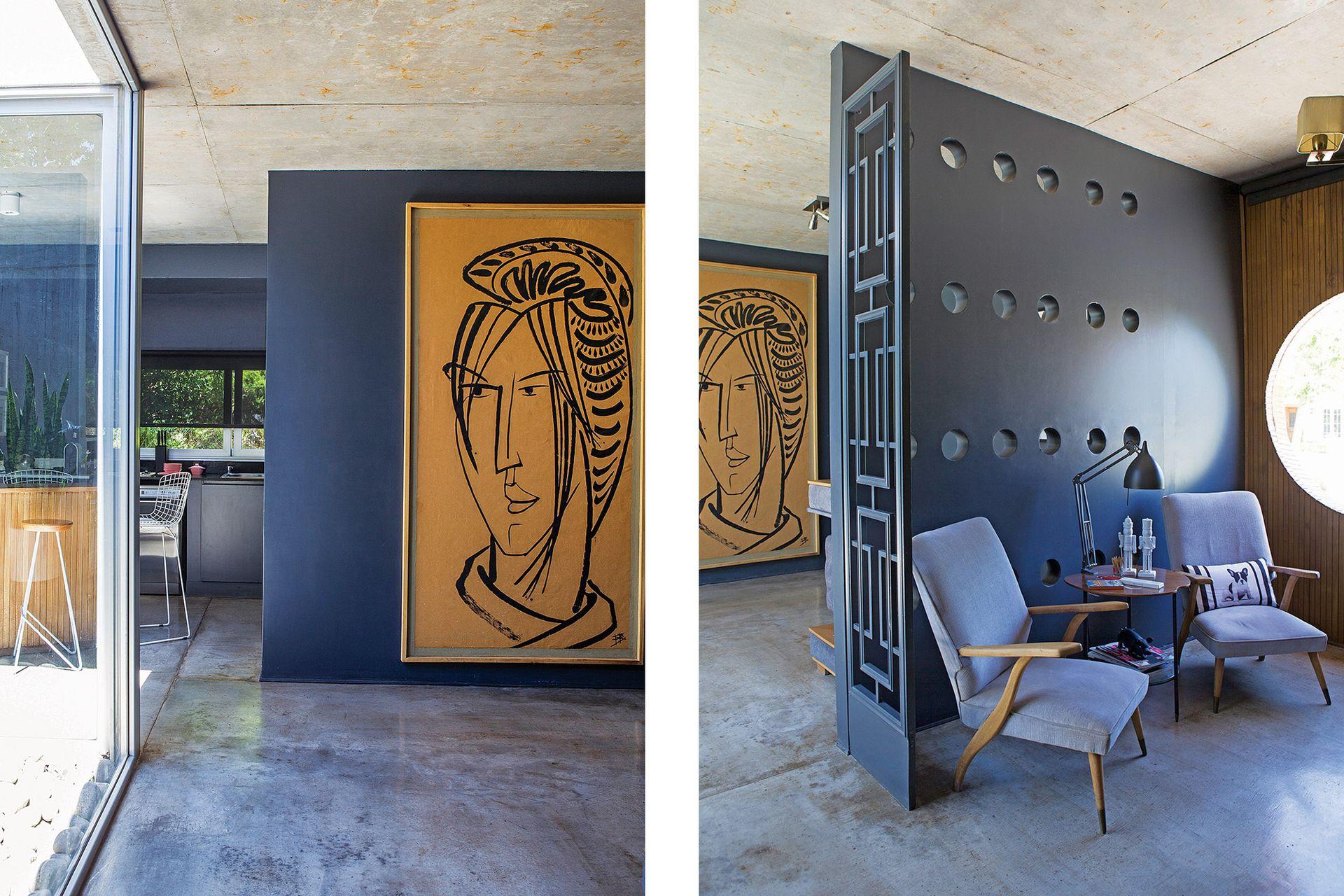 La puerta azul es parte de un biombo antiguo con motivos geométricos; la otra mitad se exhibe en el living como obra de arte.