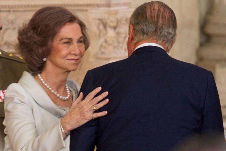 Con amigos: la reina emérita Sofía reaparece después de semanas de encierro