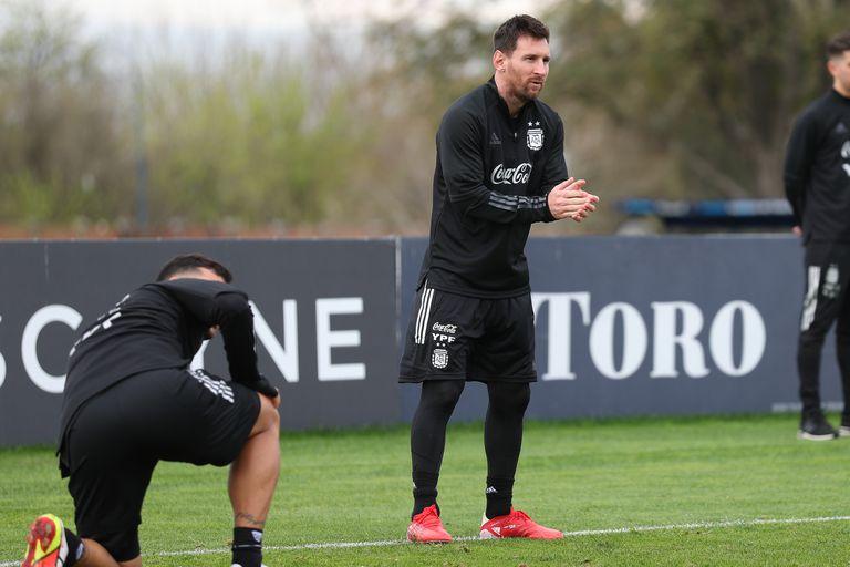 Lionel Messi, durante la práctica del seleccionado este martes en Ezeiza, con miras al encuentro del jueves con Bolivia por las eliminatorias para el Mundial Qatar 2022; a la mañana los jugadores fueron hisopados, pero aún se desconoce el resultado de los análisis.
