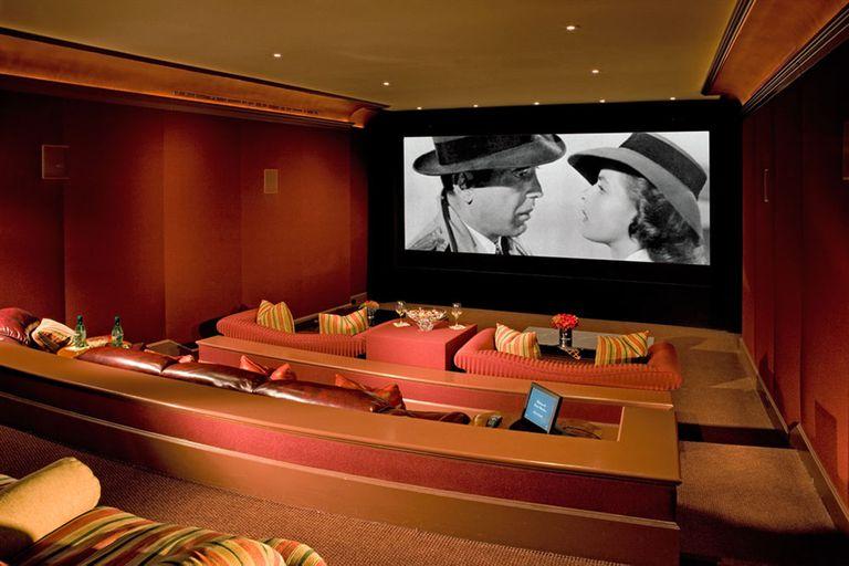 La cómoda sala de cine privada que dispone la mansión que perteneció a Walt Disney