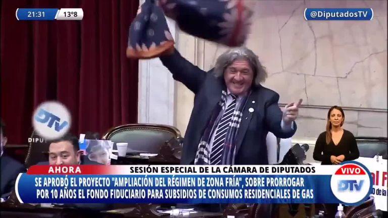 Revoleó una frazada: la celebración del diputado José Luis Ramón en el Congreso cuando se aprobó la ley de Zonas frías, que beneficia a Mendoza.