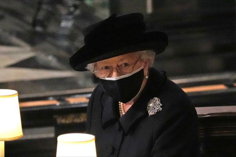 En una ceremonia íntima en la Capilla San Jorge del castillo de Windsor, la reina Isabel II despidió al príncipe Felipe y entregó al mundo una impactante imagen