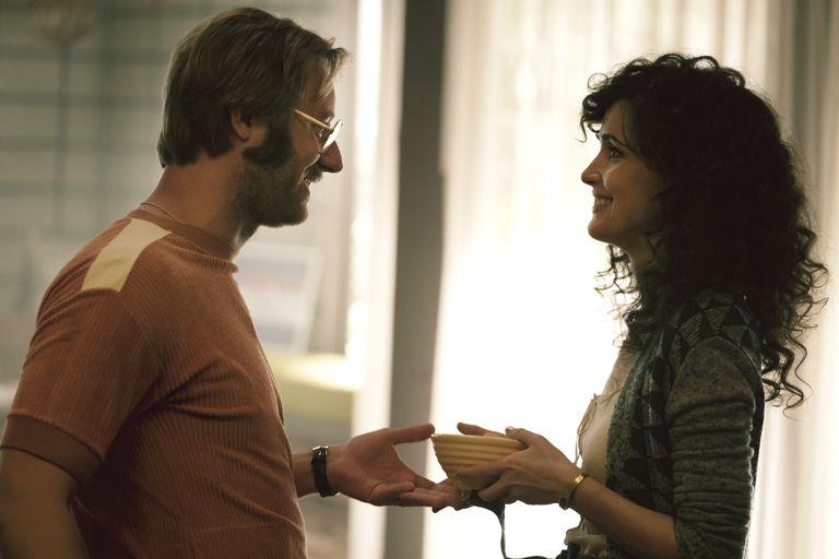 Danny (Rory Scovel) y Sheila (Byrne), en una escena de paz conyugal en Physical