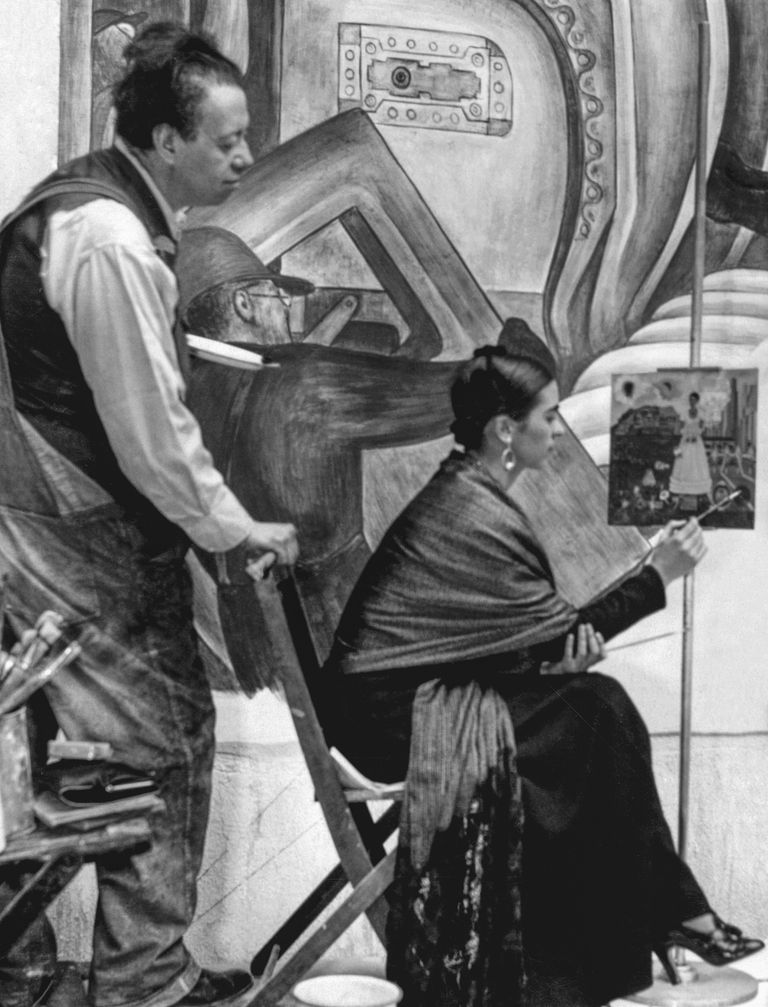 Diego Rivera observa a Frida Kahlo mientras ella pinta un autorretrato;  Detroit Institute of Arts, 1932; New York, collection of Spencer Throckmorton