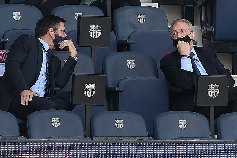 El presidente saliente del Barcelona, Josep Maria Bartomeu con su homólogo del Real Madrid, Florentino Pérez