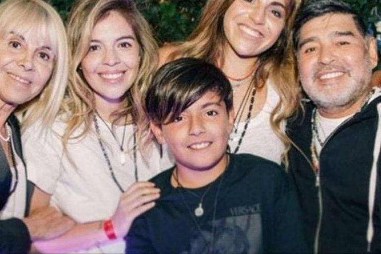 El DT posó para la foto con su exmujer, sus hijas Dalma y Gianinna y su nieto Benjamín Agüero