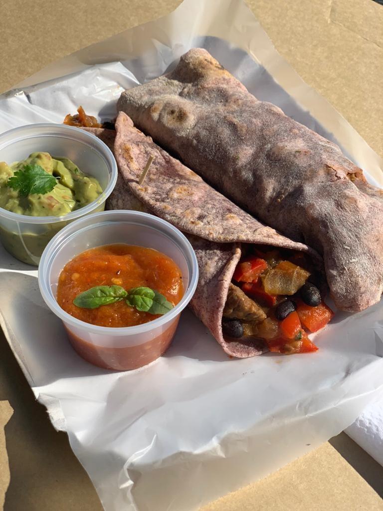 Las viandas de burritos mixtos, con masa de harina de maíz morado para la semana mexicana