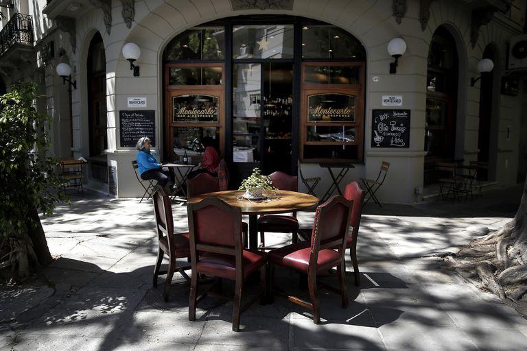 Volvieron las tazas de café gigantes de un centenario y ahora renovado bar notable