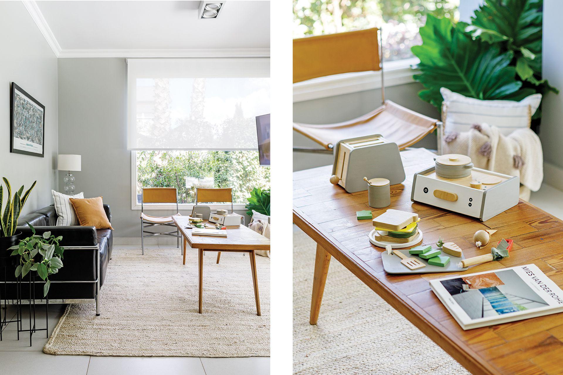 En el estar, sillón estilo Le Corbusier con almohadones (Lote Propio). Lámpara (Red Sur). Mesa de pino tea y sillas (Antigüedades El Viejo Taller). Juguetes de madera (Lola y Chango). Macetas con plantas (Ciudad Naturaleza).
