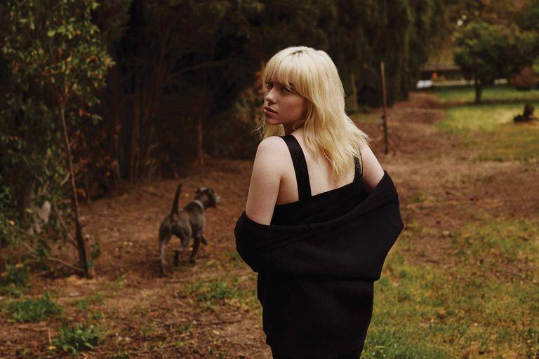 Billie Eilish fotografiada por Yana Yatsuk. Camisa de Burberry.