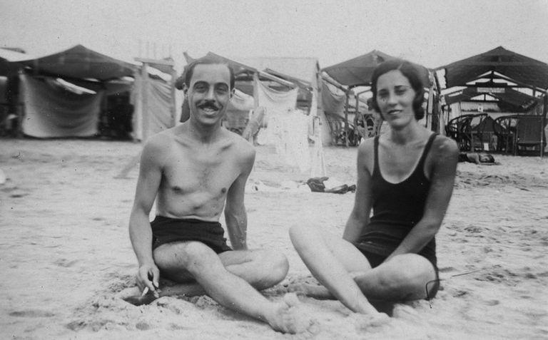 La misma pareja, pero él se bajó los breteles y posó en topless. El hombre contaba con la posibilidad de hacerlo, aunque en un principio esto fue muy resistido.