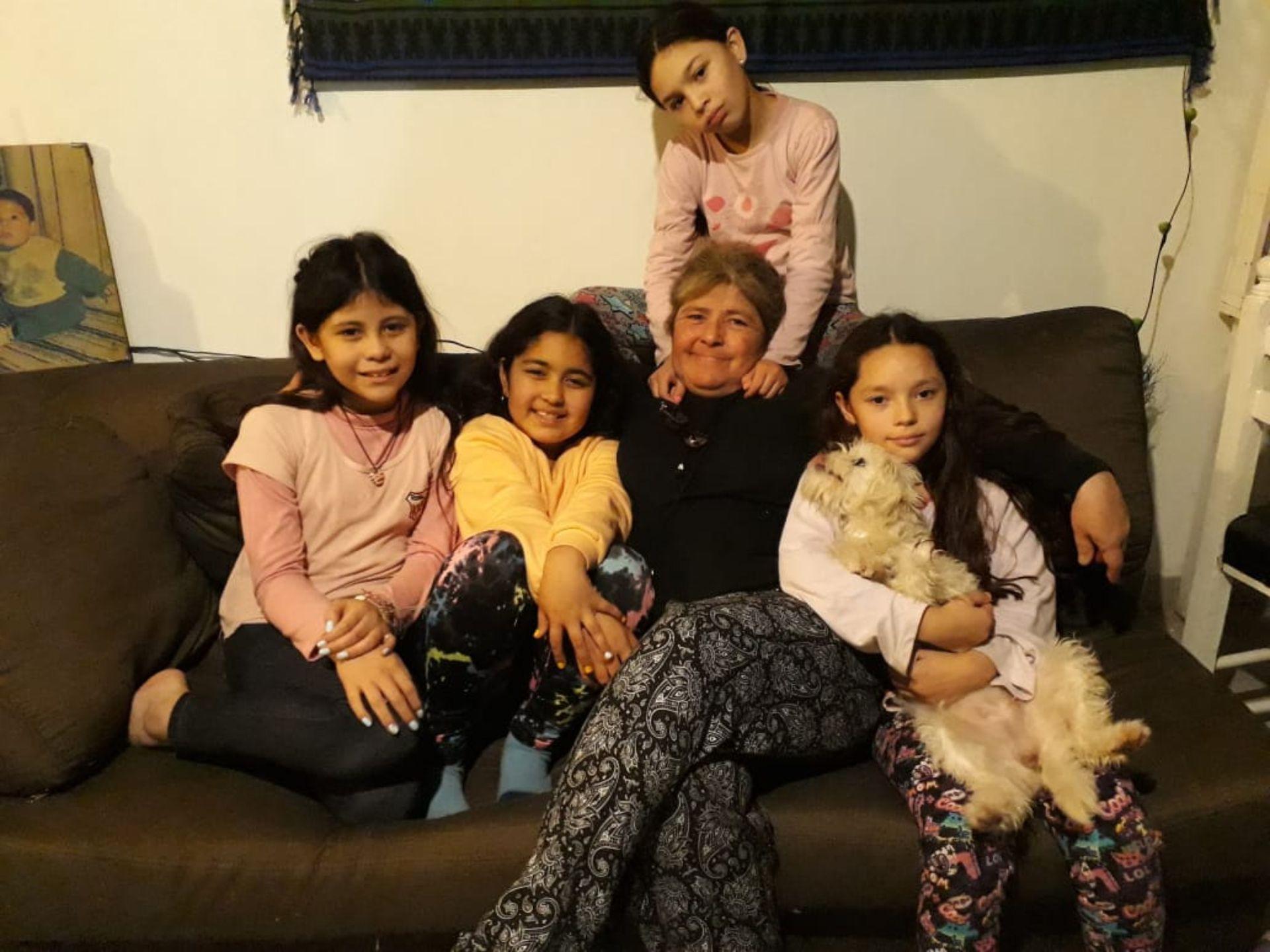 Sandra junto a cuatro de sus nietas.