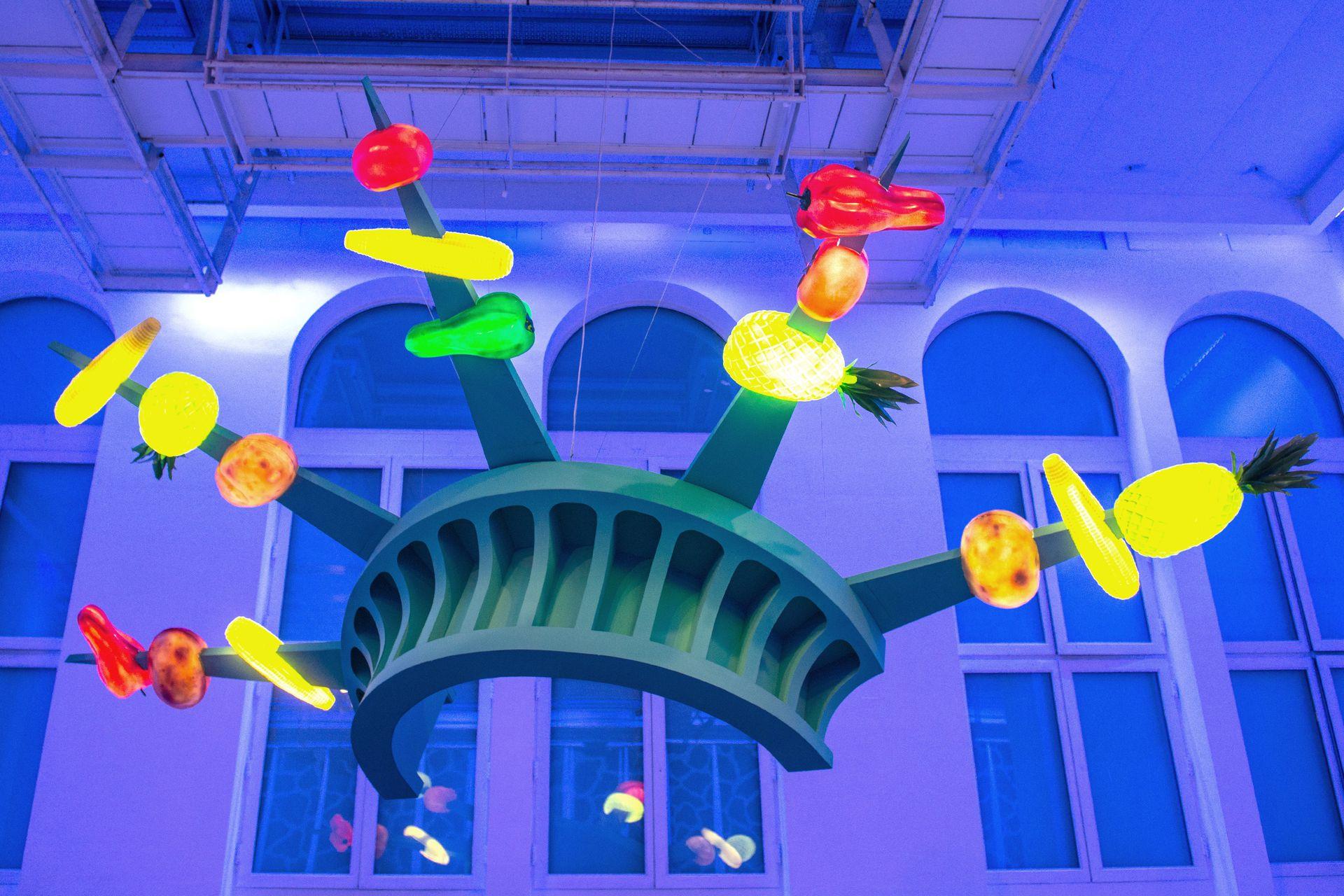 La reproducción de la corona de la Estatua de la Libertad de El Internacional, convertida en brochette, en el Faena Art Center