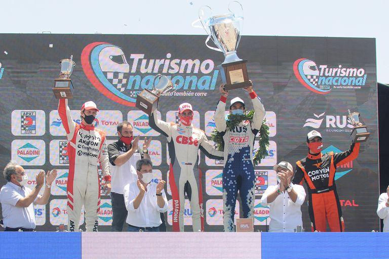 Podio competo: Alfonso Domenech, Carlos Okulovich, el campeón Manu Urcera y Matías Muñoz Marchesi celebran en San Juan