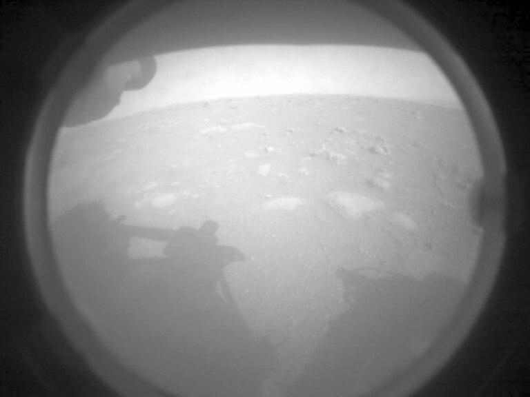 Son dos fotos informativas de carácter esencial para los científicos que dirigen la misión desde la Tierra. Una vez instalado, el módulo ofrecerá imágenes mucho más impactantes