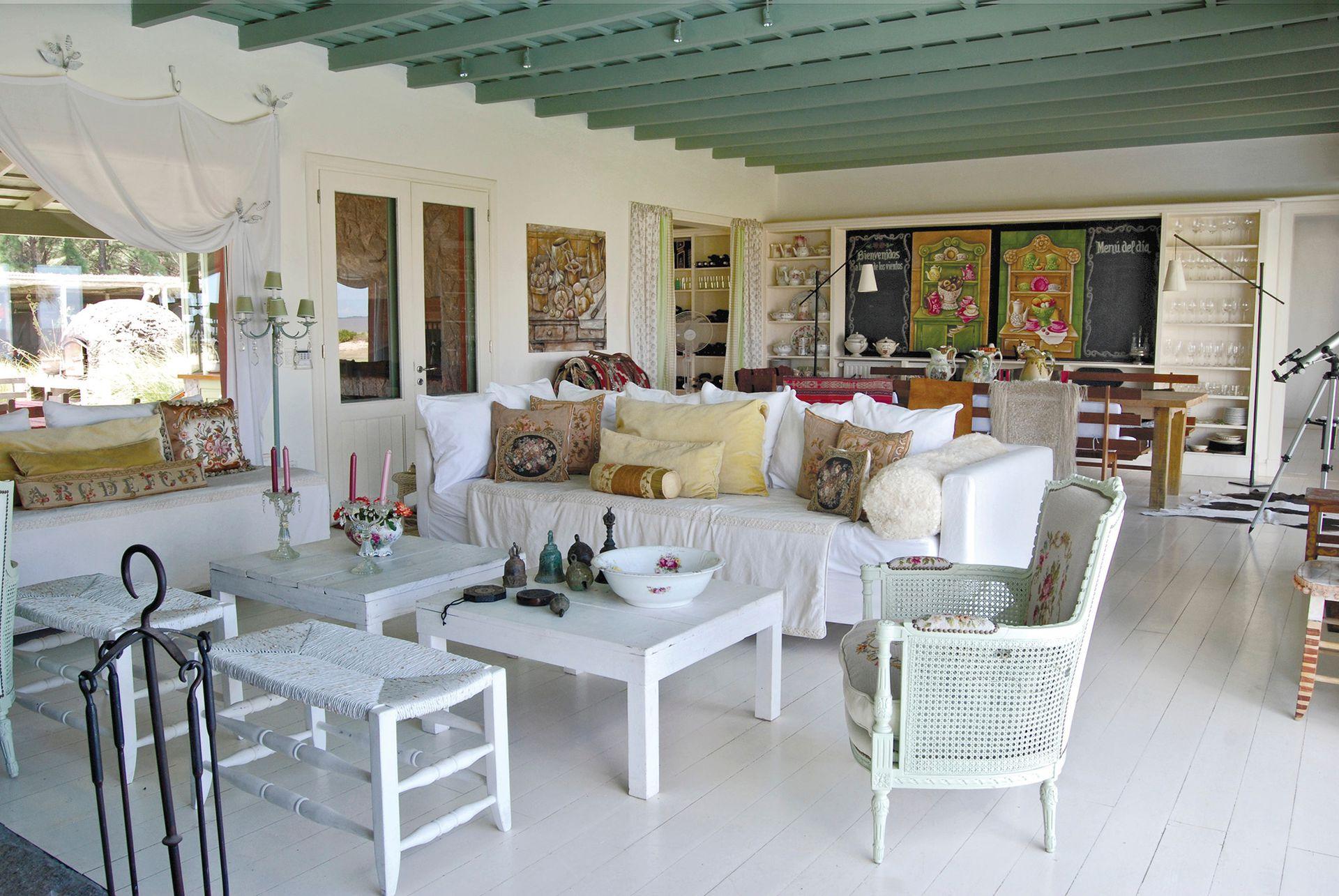 En el respaldo del sillón esterillado y restaurado hay un bordado en petit point hecho por la dueña de casa.