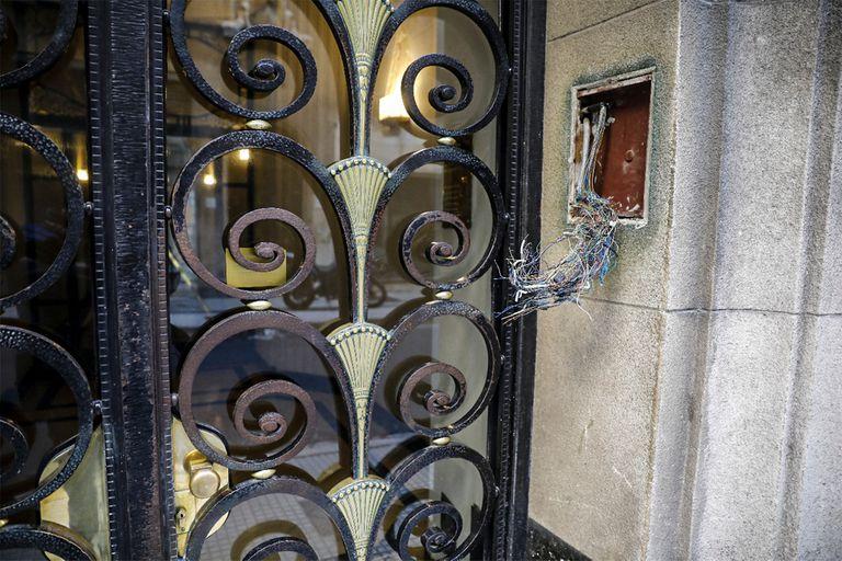 Algunos porteros eléctricos de bronce fueron directamente arrancados