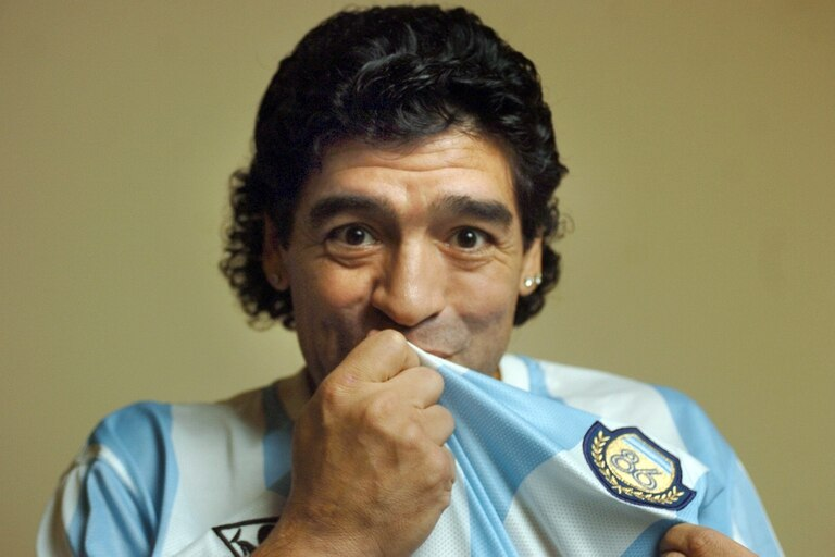 Diego Maradona con la camiseta celeste y blanca, que se convirtió en su segunda piel; su muerte deja en shock al país