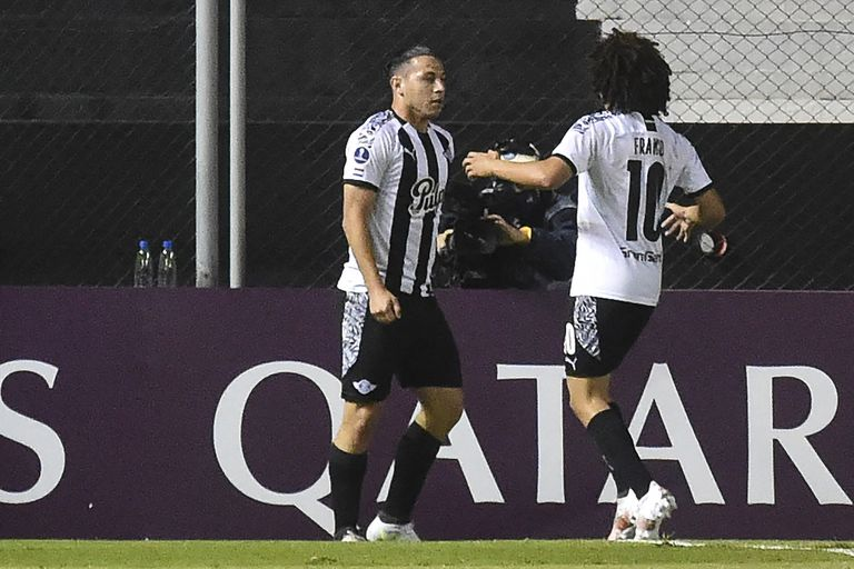 Carlos Ferreira celebra con Iván Franco el único gol de la noche en Asunción
