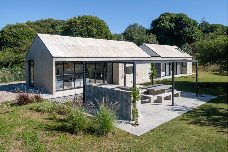 En Villa Allende una casa de hormigón con techo a dos aguas de atractiva sencillez