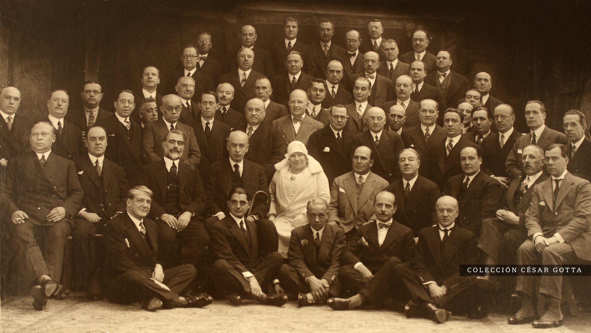 Cecilia Grierson, la primera médica argentina, rodeada de colegas. 1917.