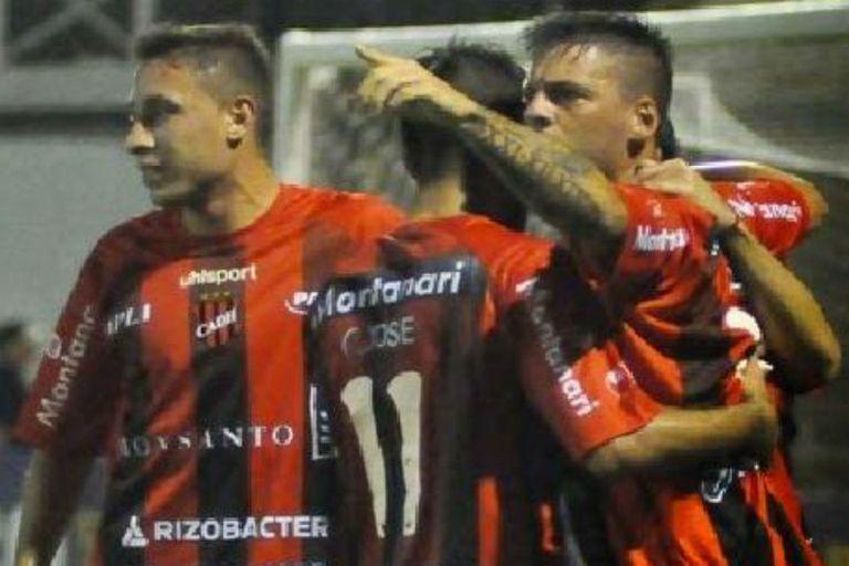Douglas festejó ante Atlético Paraná