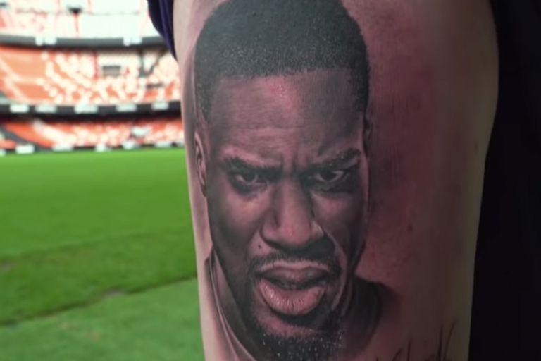 Un hincha se tatuó la cara de su ídolo y ahora se fue del equipo