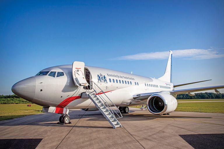 Valuado en 90 millones de euros, el Boeing 737 BBJ reemplaza al Fokker 70. A diferencia del anterior que exhibía una fuerte presencia del color naranja en su exterior, el Boeing 737 tiene una referencia a la bandera de Holanda