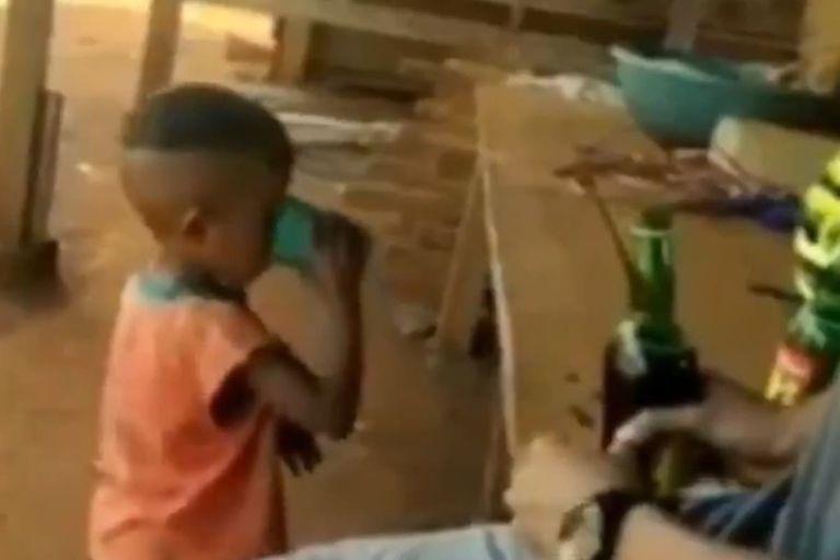 Indignante: dos hombres emborracharon a un niño de tres años para reírse de él