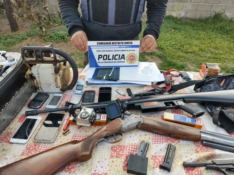 En los 12 allanamientos se secuestraron también armas de fuego, drogas, celulares, drones, equipos de intervención de comunicaciones, cámaras de seguridad, herramientas de corte, dinero en efectivo y una copiosa prueba documental como cartas de porte