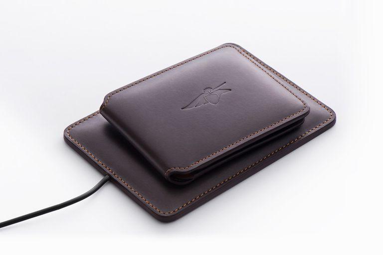 La batería interna de la billetera se puede cargar con una base inalámbrica