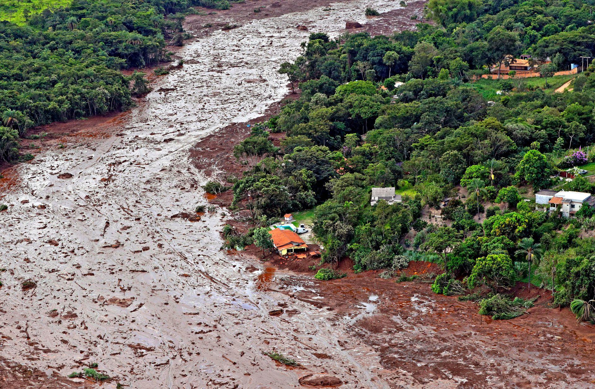 Una vista aérea muestra una casa parcialmente destruida después de que una presa colapsara en Brumadinho, Brasil