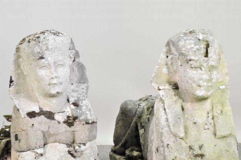 La familia propietaria de las pequeñas esfinges pensaba que eran réplicas insignificantes realizadas durante los siglos XVIII y XIX, y hasta querían deshacerse de ellas antes de una mudanza