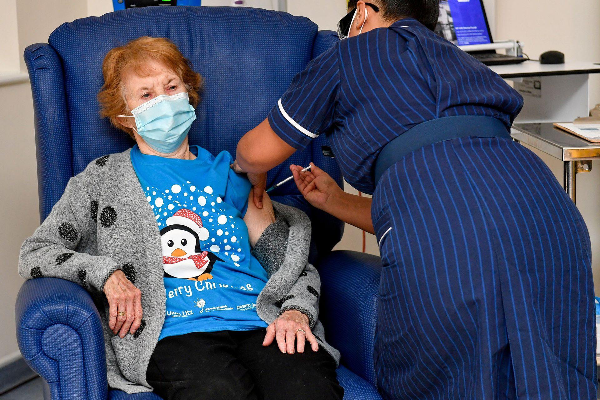 Margaret Keenan, de 90 años, es la primera paciente en Gran Bretaña en recibir la vacuna de Pfizer