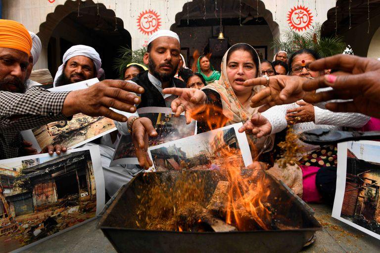 Los trabajadores del partido del Congreso realizan un ritual para rendir homenaje a las víctimas de los disturbios sectarios de esta semana en Nueva Delhi por la ley de ciudadanía del primer ministro Narendra Modi, en un templo en Amritsar