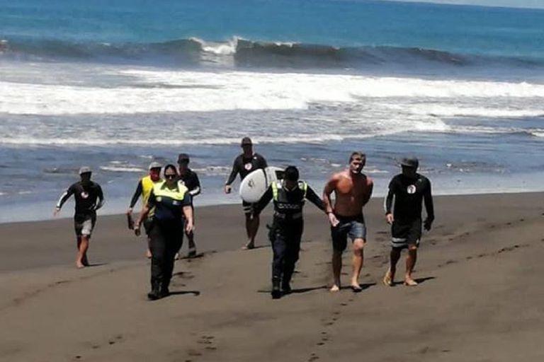 Coronavirus: un policía atacó a tiros a dos surfers que rompieron la cuarentena