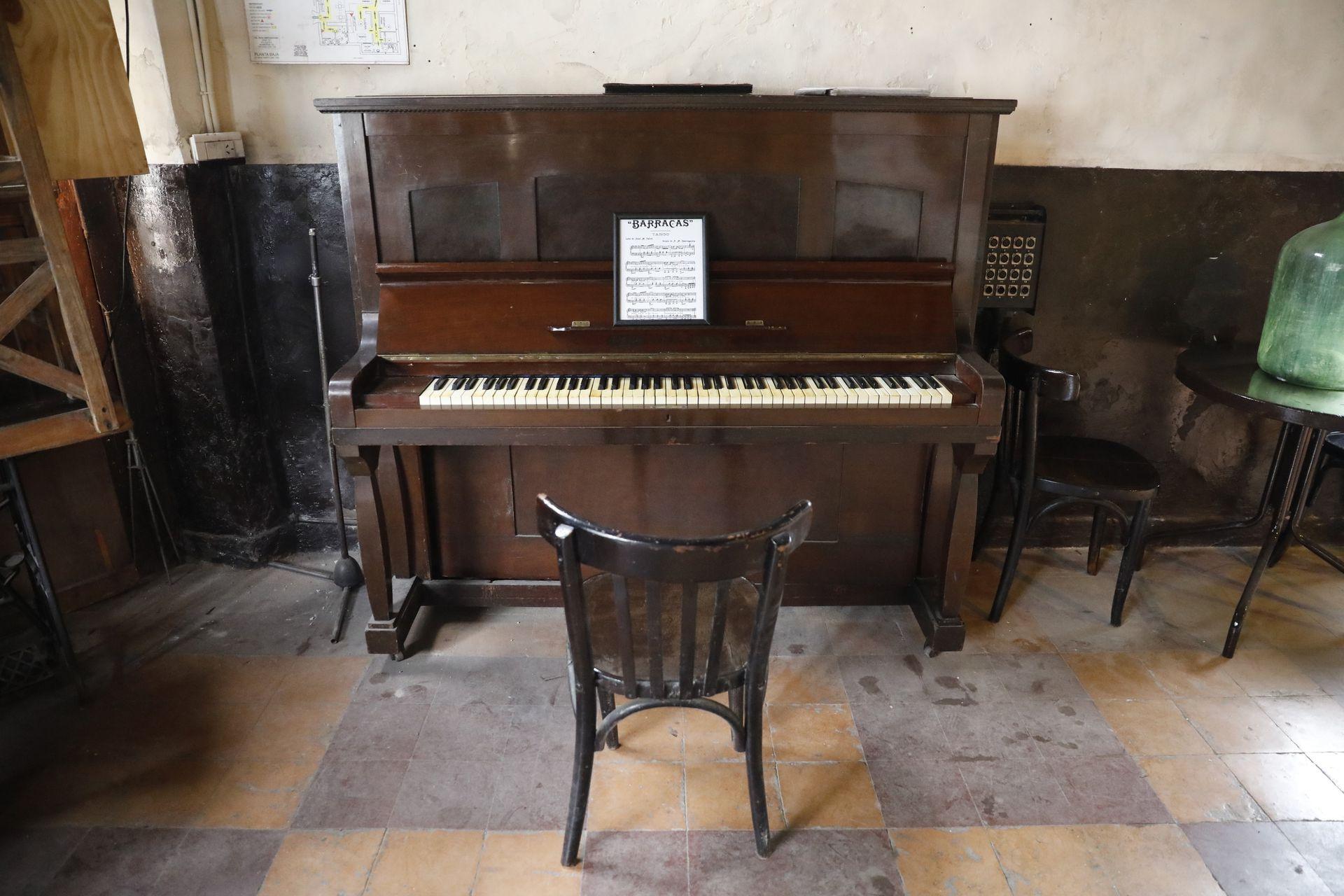 Las baldosas en damero y un piano en el bar notable Los Laureles, de Barracas