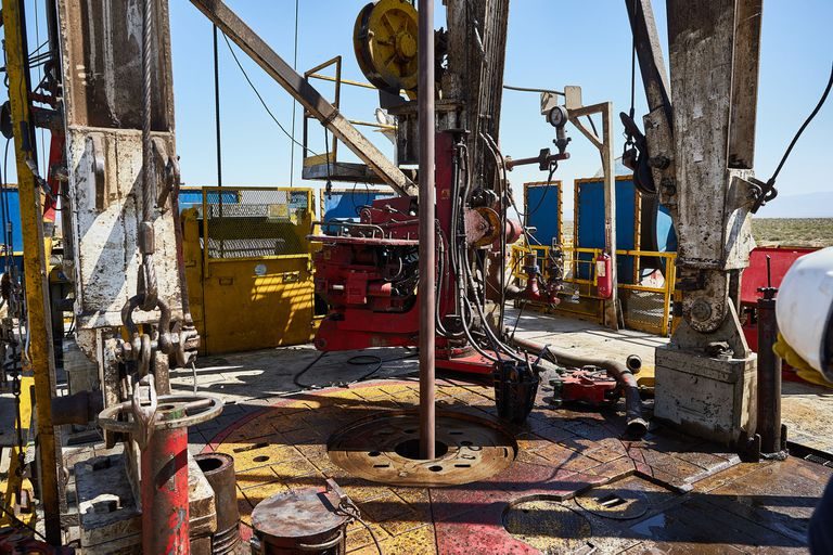 Derrumbe histórico del petróleo: bajó casi 20% y golpea de lleno a Vaca Muerta