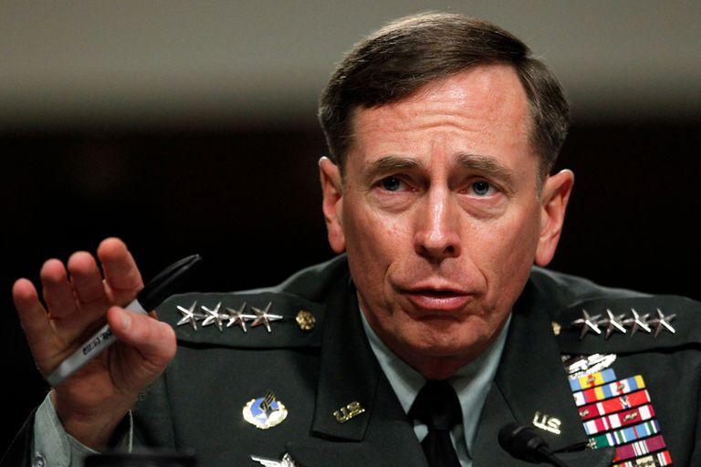 Petraeus quedó al descubierto por varios correos electrónicos