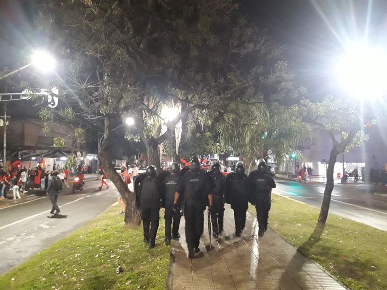 La Policía contiene a los más enardecidos, durante los festejos de la hinchada de Colon